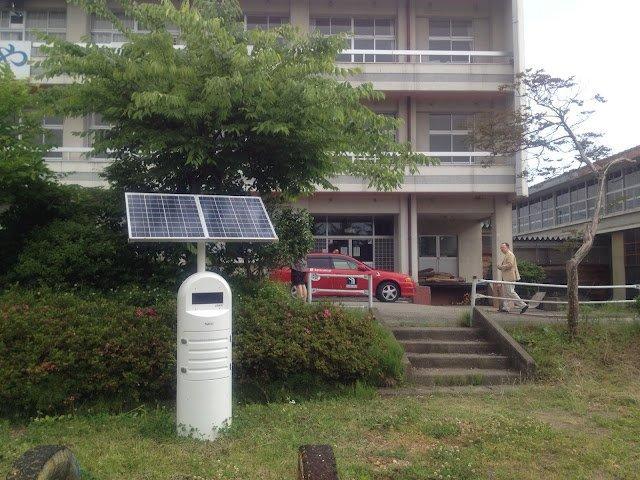 会津美里にある廃校になった小学校の校庭にあるモニタリングポスト。太陽光で稼動している。