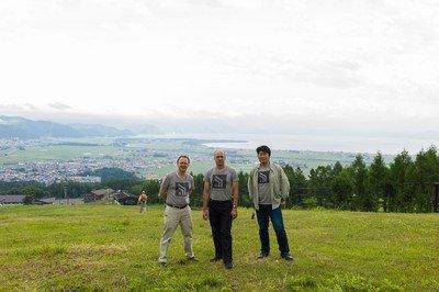 セーフキャストのピーター、ジョー、鷲山さん。猪苗代湖をバックに。